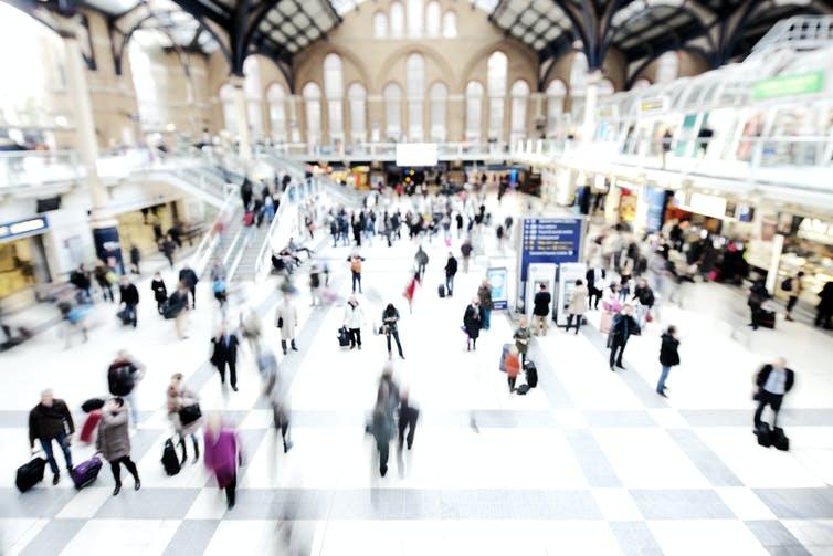 Quem não se encontra na multidão se o trem chega alguns segundos antes? Fonte: urbancow / E + via Getty Images.